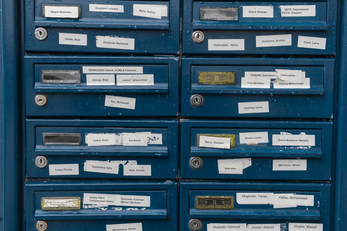 Auch das ist Vockerode: Briefkästen an einem der Häuser, in denen die Flüchtlinge wohnen. Foto: Andreas Stedtler
