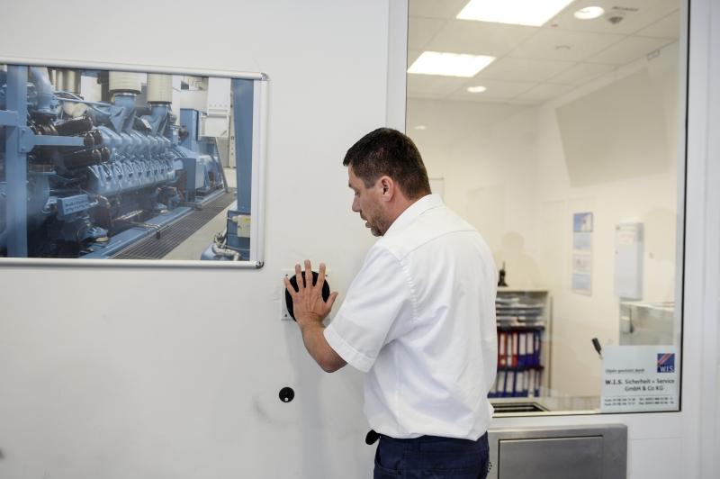 T-Systems-Manager Johannes Krafczyk beim Handscan. (Foto: Andreas Stedtler)