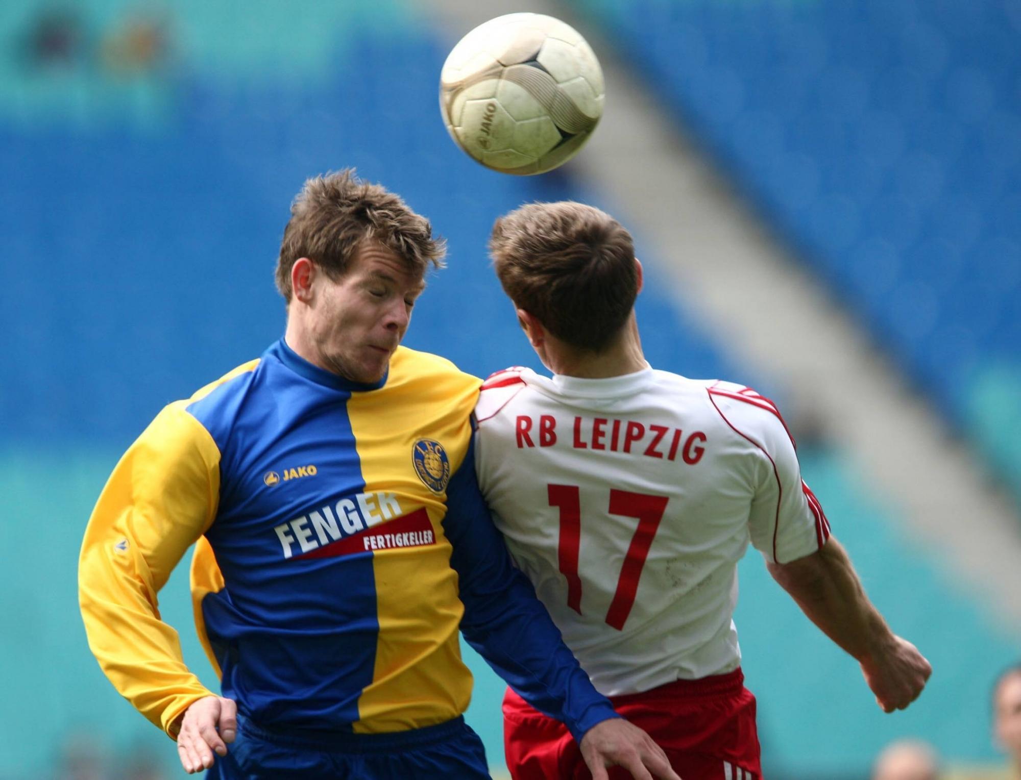 Premiere für RB Leipzig im Zentralstadion: Jens Werner im Kopfball-Duell gegen Lars Müller beim Spiel gegen Lok Leipzig.