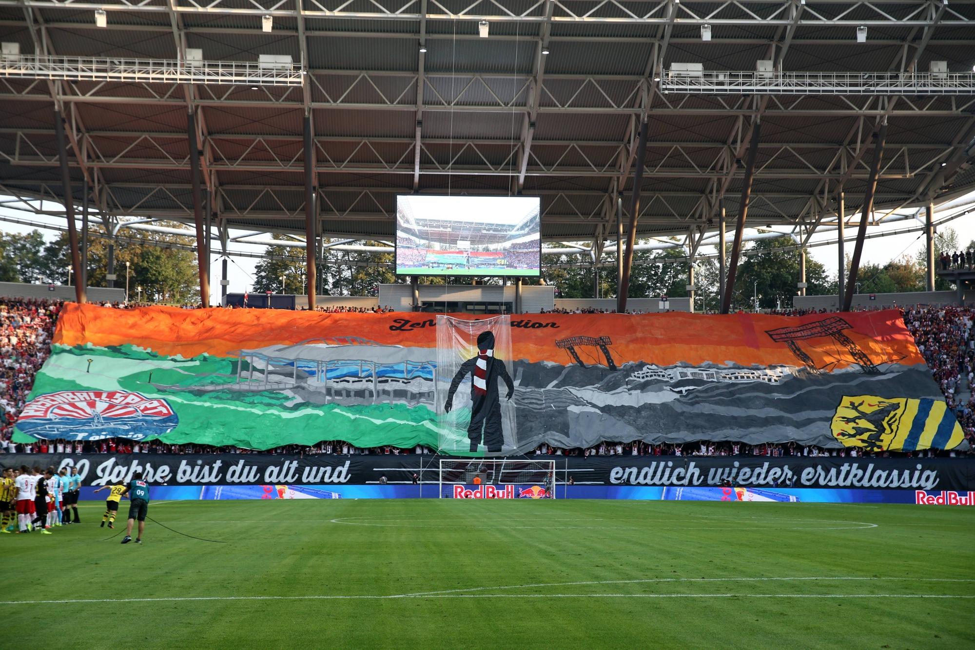 Premiere in der Bundesliga: Die RBL-Fans lassen ihr Stadion mit einer Choreografie hochleben.