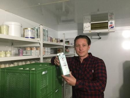 Frederick Meurer lagert im Kühlraum viele Produkte.